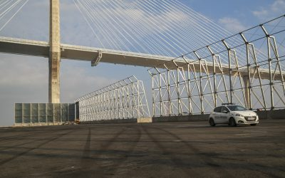 Comienzan a colocar las mallas de protección en las pantallas de La Cabezuela-Puerto Real